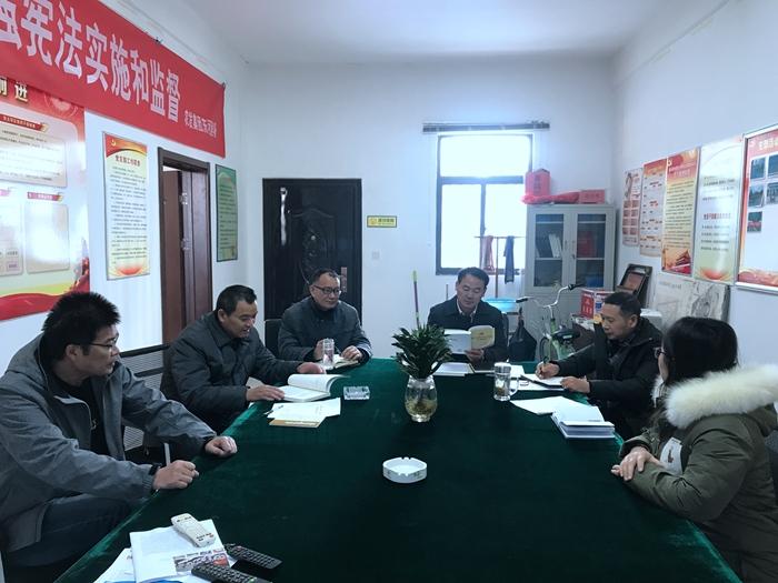 兴发娱乐xf811手机版东河党支部的党员领读重点篇目.jpg